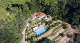 Villetta immersa nel verde con vista mare e piscina