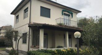 Villa singola su due piani con giardino