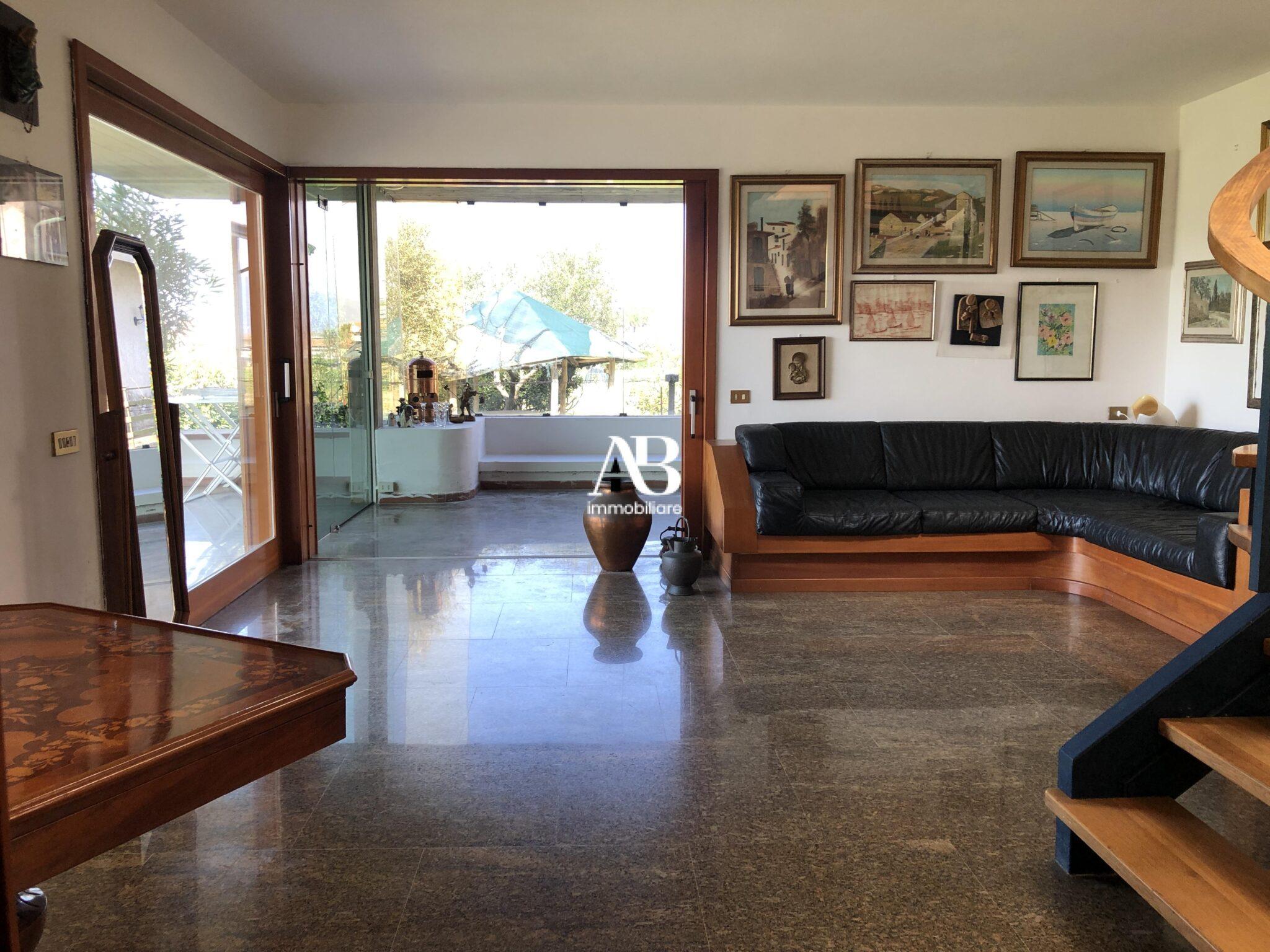 Casa indipendente con giardino e garage